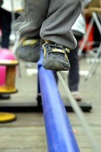 Person balanciert auf Stahlseil