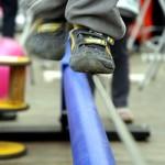 Foto Person balanciert auf Stahlseil
