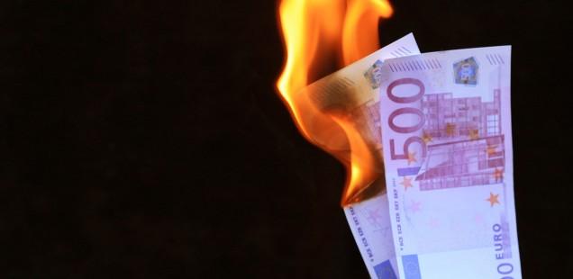 Foto von verbrennenden Euro-Scheinen