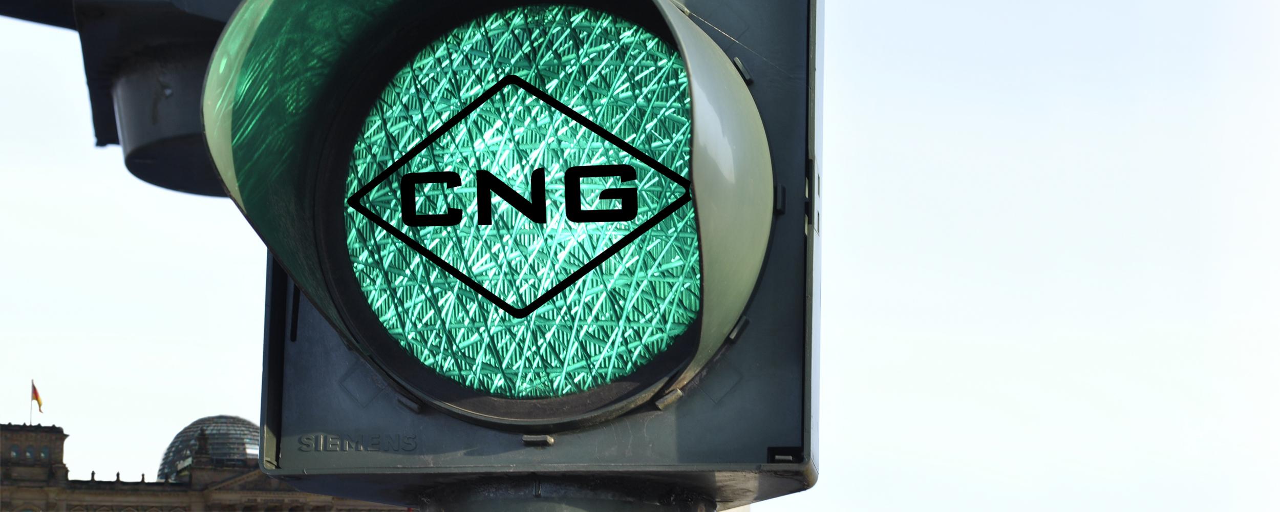 Grüne Ampel mit CNG-Logo vor Bundestag