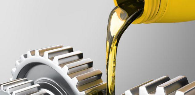 Ölkanne gießt Öl über Zahnräder